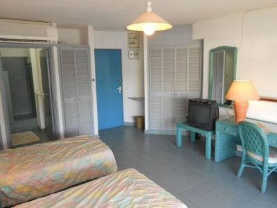 Lovely, Cozy Apt. Directly Across from the Beach!
