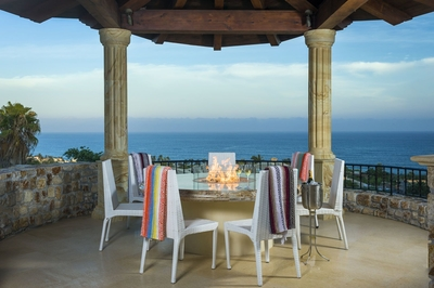 Take your meals outside and admire an unparalleled view of the ocean.