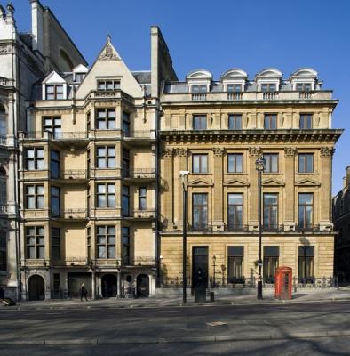 Large apartment opposite St James Park in Mayfair