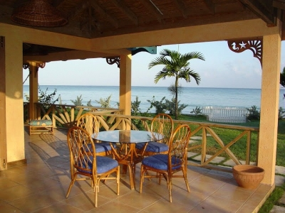 PRETTY 5 BED FAMILY BEACHFRONT VILLA - RUNAWAY BAY