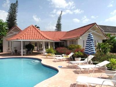 Spacious 4 Bedroom Beachfront Family Villa