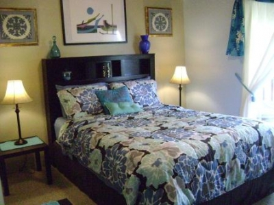 Guest bedroom with private lanai & plumeria trees