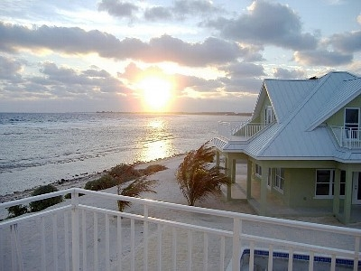 Villa Rental: 3 Bedrooms, Sleeps 8 in Grand Cayman