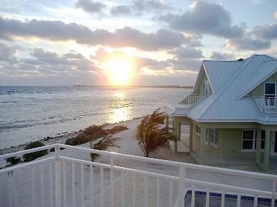 Villa Rental: 3 Bedrooms, Sleeps 8 in Grand Cayman