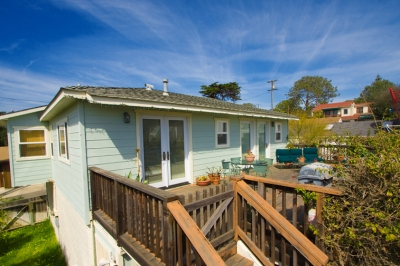 2 bedroom/1 Bath cottage with large deck and ocean views